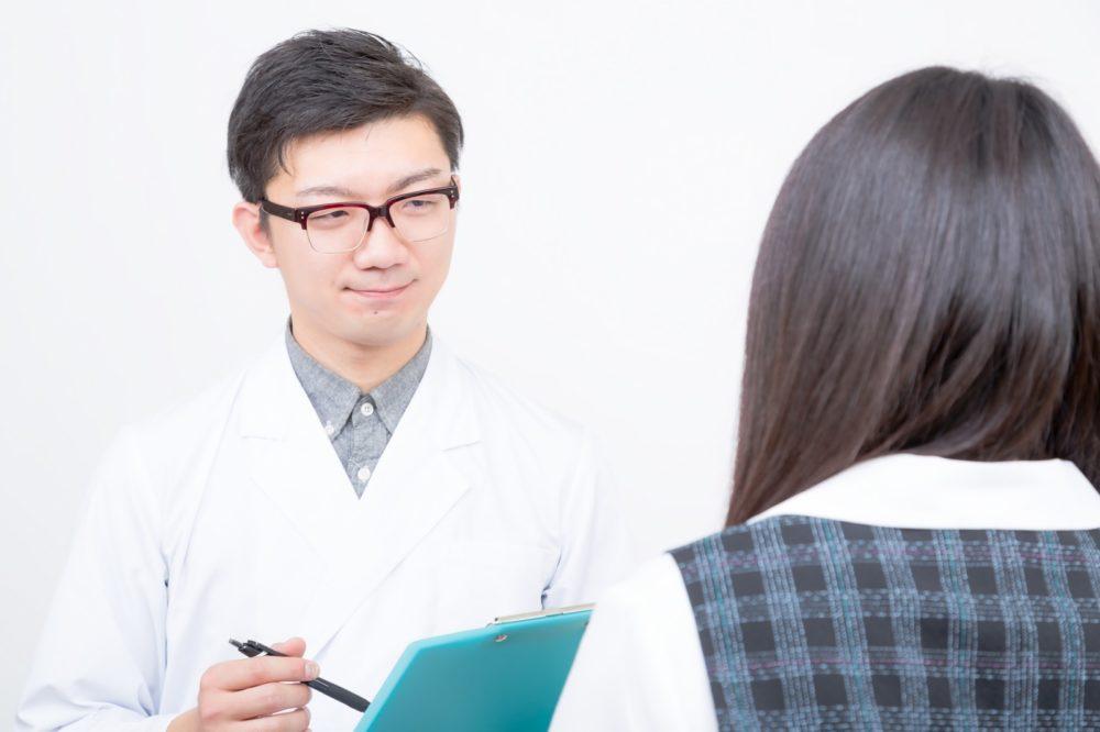 診断を受ける女性
