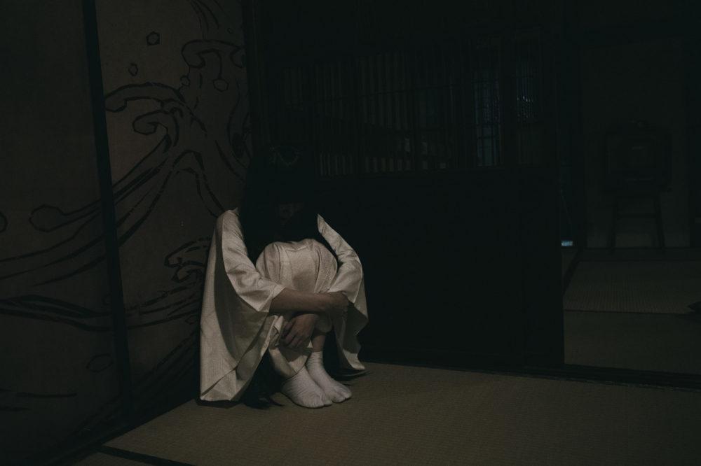 暗い部屋の女性