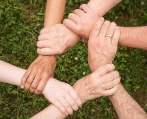 家族で手を繋ぐ