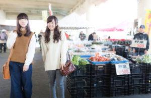 野菜売り場を買い物する女性